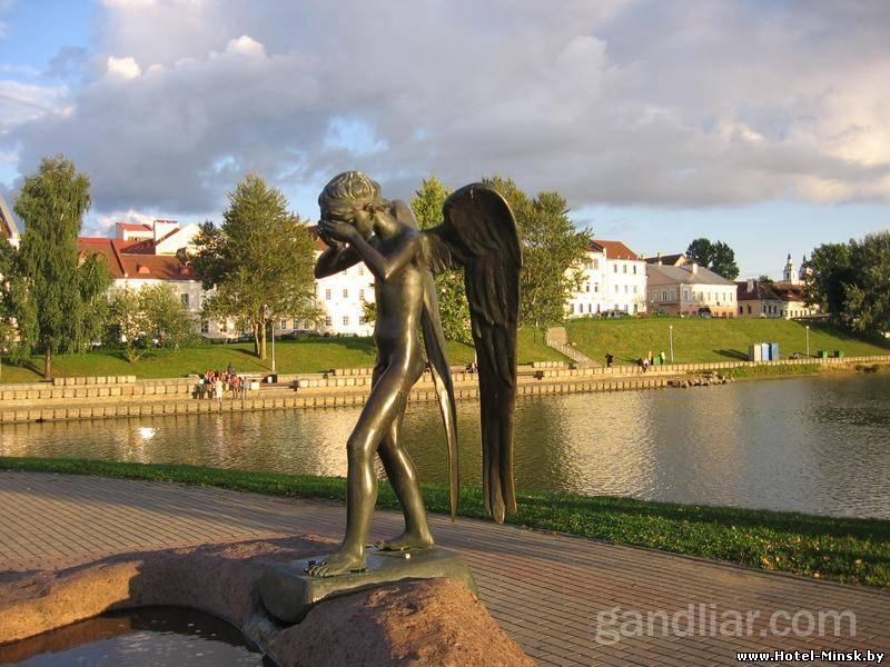 Фигура плачущего мальчика - Ангела-хранителя, остров слез Минск, троицкое предместье